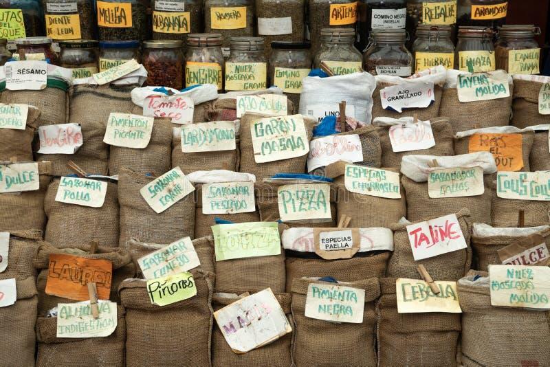Épices et herbes sur le marché d'agriculteurs photographie stock libre de droits