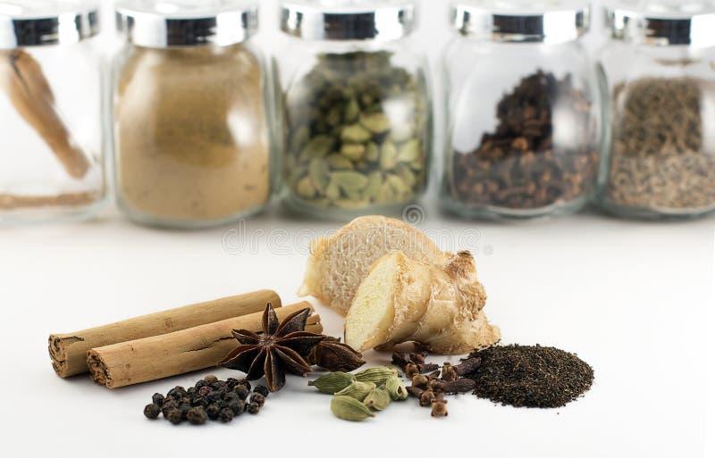 Épices et ingrédients épicés indiens de thé de Chai photos stock