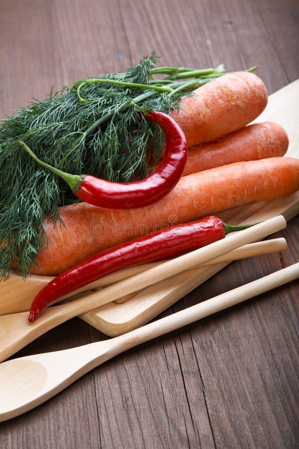Épices et légumes sur une table en bois photo stock