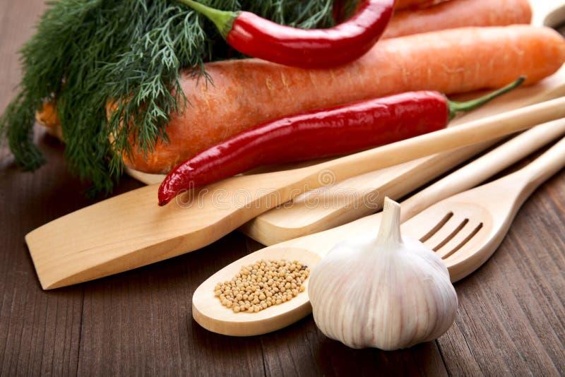 Épices et légumes sur une vieille table photos stock
