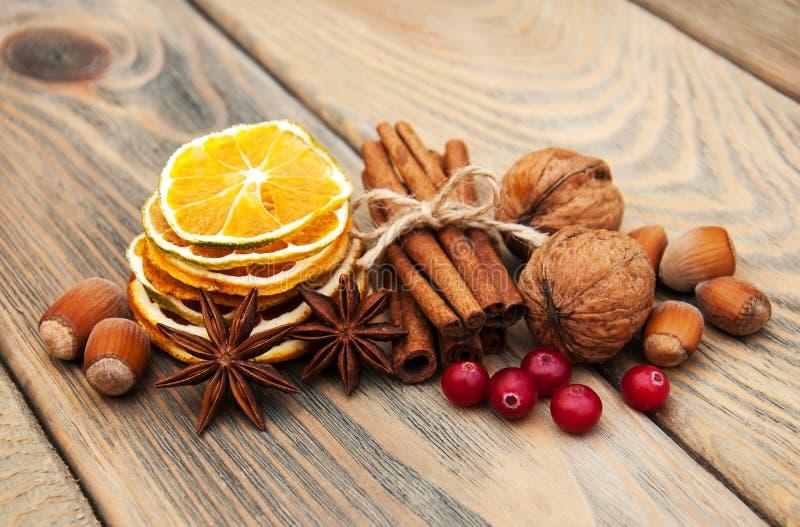 Épices et oranges sèches images stock