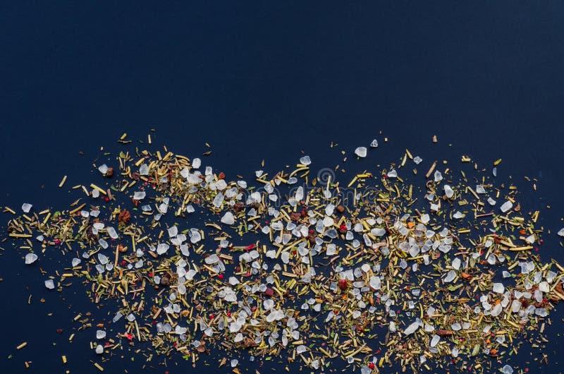 Épices et sel de mer sur un fond foncé photos libres de droits