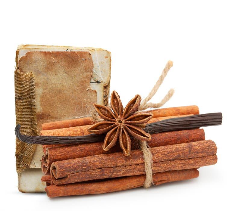 Épices et vieux livre de recette image libre de droits