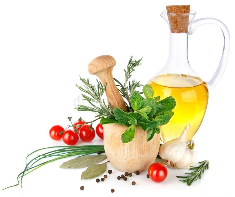 Épices fraîches avec les légumes et l'huile d'olive image stock
