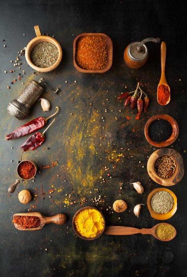 Épices, herbes et condiments sur une table dans une cuillère image stock