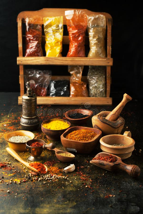 Épices, herbes et condiments sur une table dans une cuillère photos stock