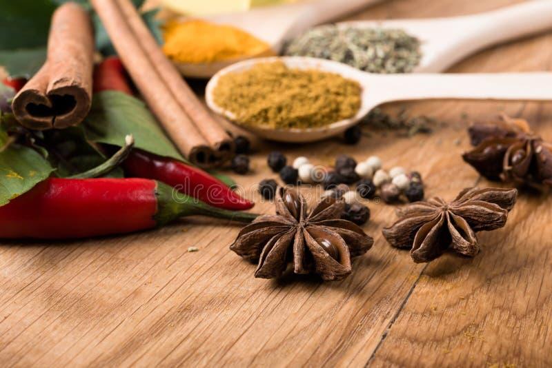 Épices La cannelle, anis, piment fort poivre des herbes de witn images stock