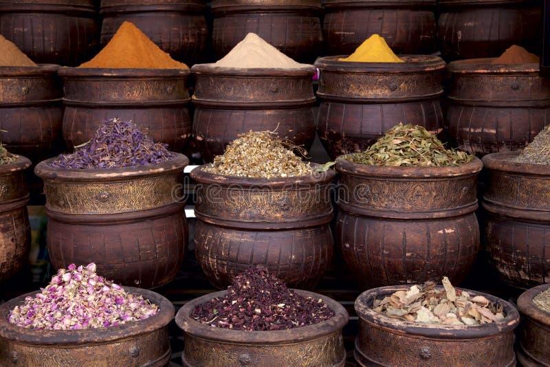 Épices sèches de fleurs d'herbes à Marrakech images libres de droits