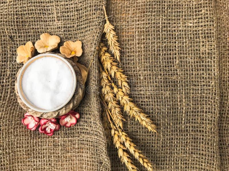 Épillets de blé de dispositif trembleur de paille et de sel avec du sel sur une vieille toile brune, nappe Symbole slave du pain  photographie stock libre de droits