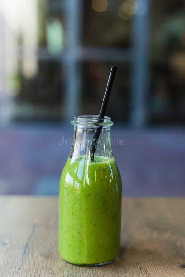 Épinards de vert de carotte, mangue et cocktail délicieux de banane photo libre de droits