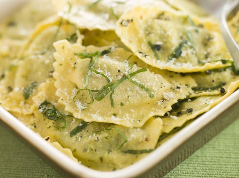 Épinards et beurre de ravioli et de sauge de Ricotta photo stock