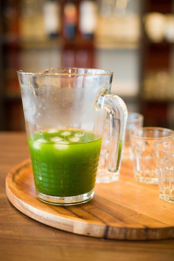 Épinards organiques sains, chou frisé, pomme verte et smoothie de céleri avec de la glace sur le fond en bois Boissons d'?t? photos stock