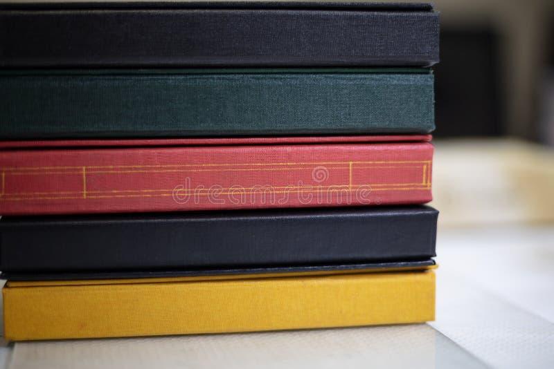 Épines des livres empilés dans des couleurs assorties image libre de droits