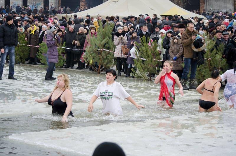 Épiphanie chrétienne de festival religieux. Les gens se baignent en rivière en hiver. photo stock