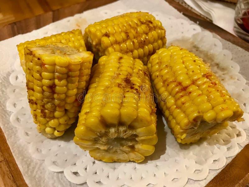 Épis de maïs d'or grillés et beurrés faits maison avec du beurre, les poudres de poivron rouge et le poivre noir photographie stock