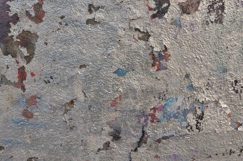 ?pluchage de la peinture argent?e de graffiti sur le mur pl?tr photos libres de droits