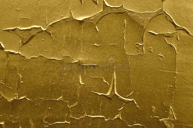 Épluchage de la peinture d'or sur le mur photos stock