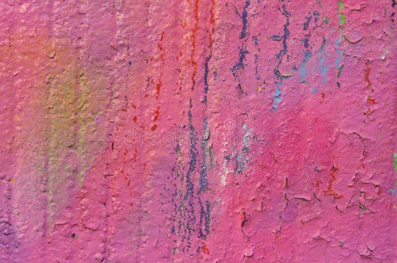 Épluchage de la peinture rose de graffiti sur le mur en béton image stock