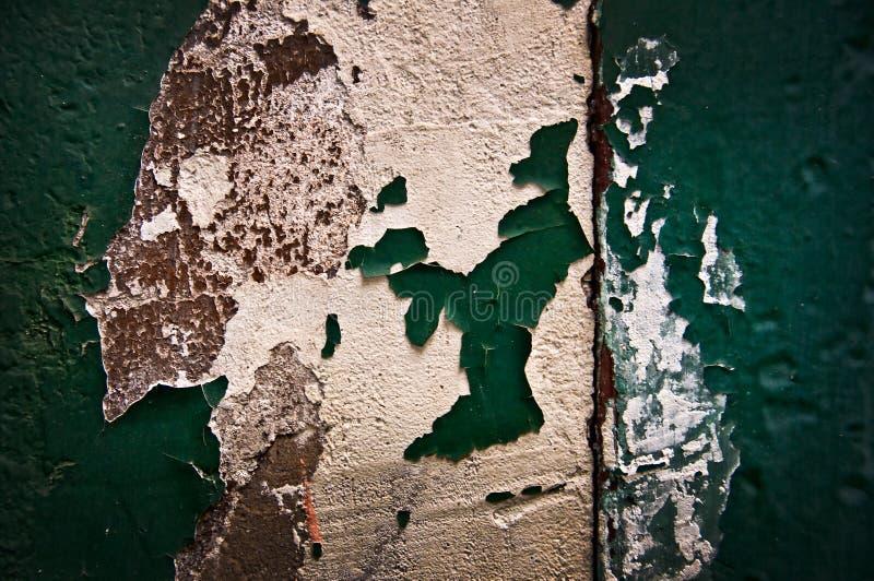 Épluchage du mur peint par vert photographie stock libre de droits