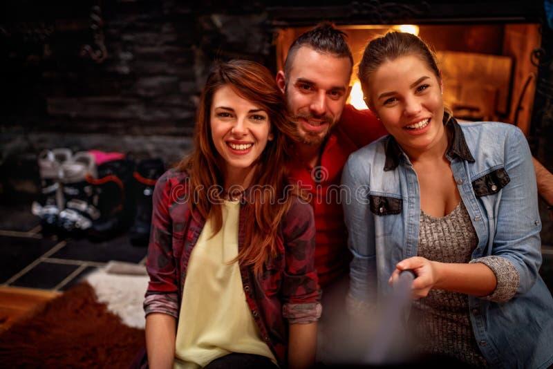 Época de la relajación después de los amigos de esquí que hacen el selfie junto imagen de archivo
