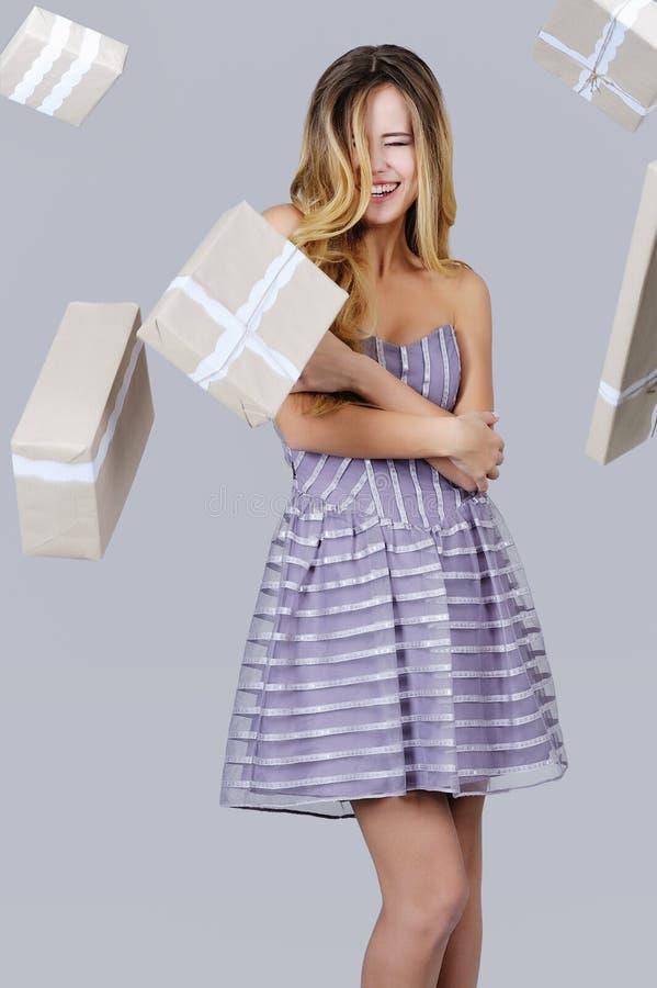 Época natalícia, mulher bonita e caixas de presente imagem de stock royalty free