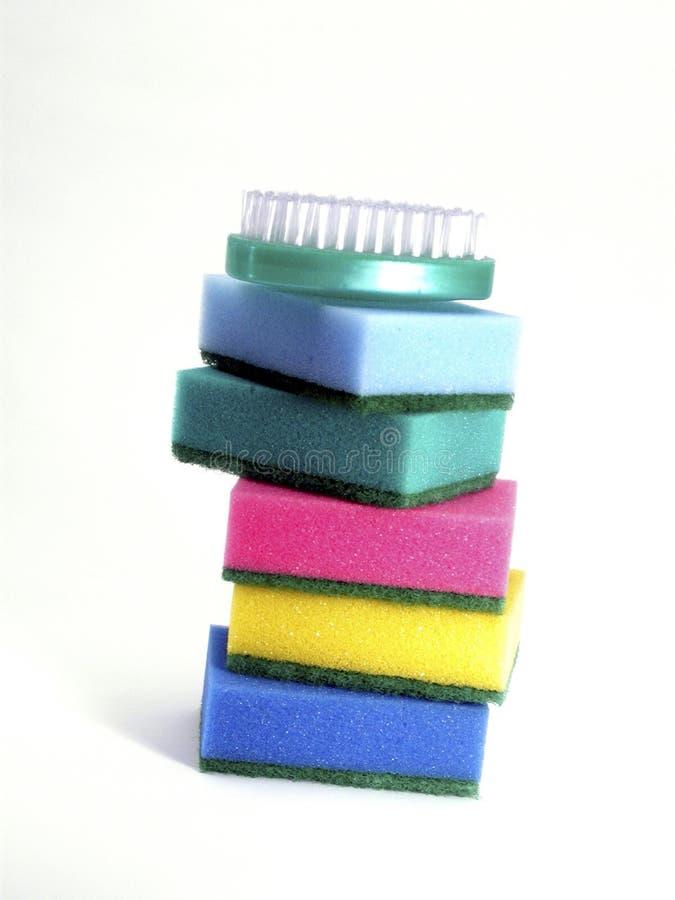 Éponges et épurateur colorés photos libres de droits