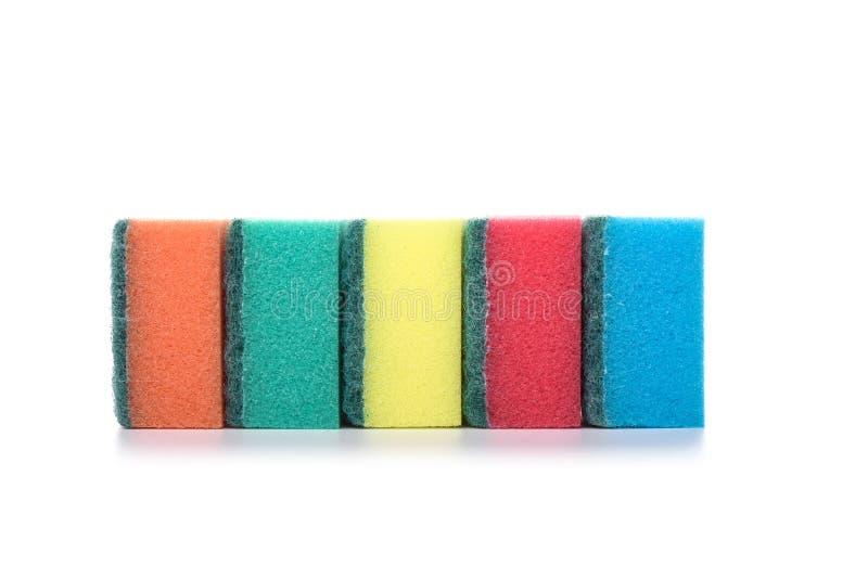 Éponges multicolores de cuisine d'isolement sur le fond blanc le concept de la propreté et de la santé Copiez l'espace image stock
