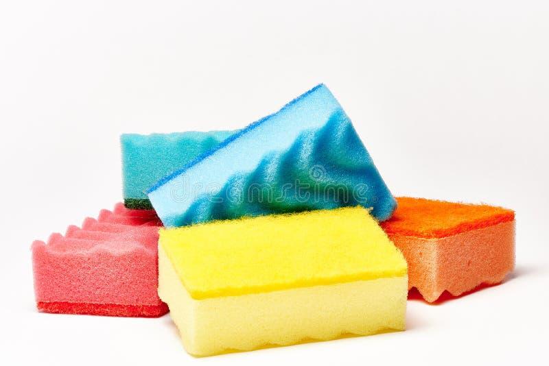 Éponges multicolores de cuisine sur un fond blanc images libres de droits