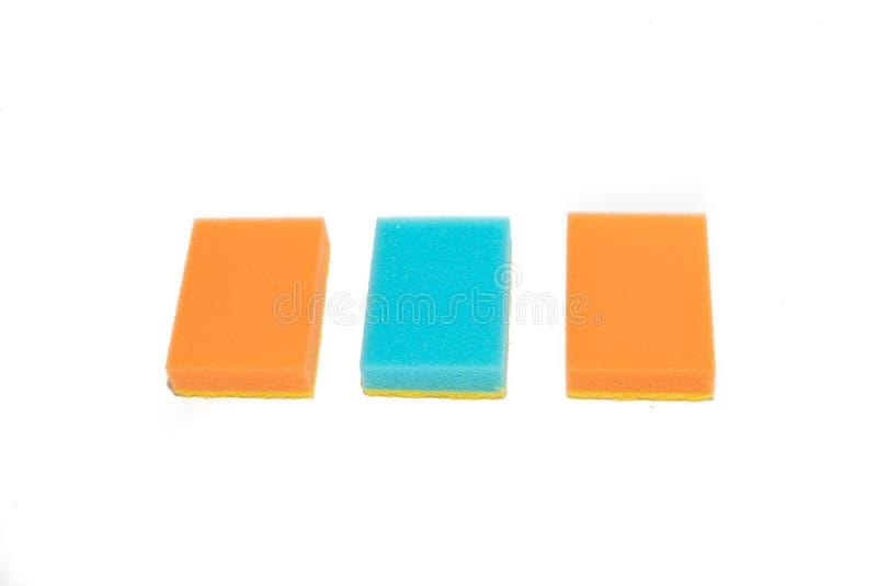Éponges pour les paraboloïdes de lavage Éponges pour les plats de lavage sur le fond blanc Plats de lavage, nettoyant Accessoires images stock