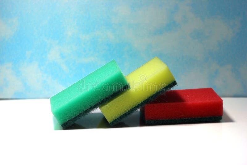 Éponges pour les plats de lavage sur le fond blanc, éponges pour les plats de lavage Plats de lavage, nettoyant Accessoires de cu photo stock