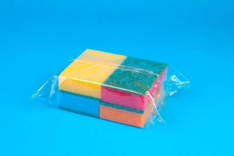 Éponges synthétiques colorées de emballage. photos libres de droits