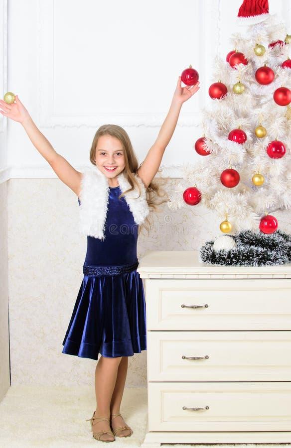 Époque très spéciale Écartez l'acclamation de Noël Enfant heureux parce que la saison des vacances arrive Concept de vacances d'h photo stock