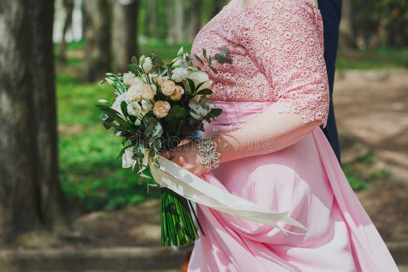 Épousant des couples marche en parc vert d'été r Épouser le bouqu photos libres de droits