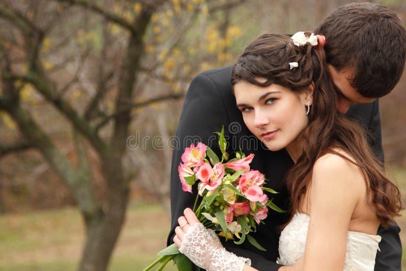 Épousant, jeune jeune mariée de baiser de marié dans l'amour au-dessus du backg de nature d'automne photographie stock libre de droits