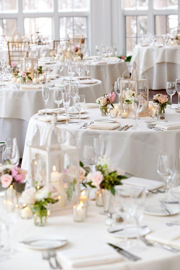 Épousant la série de décoration de table - tables mises pour l'événement l'épousant de luxe approvisionné image libre de droits