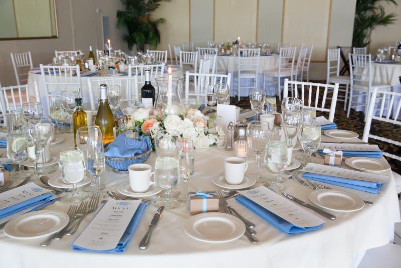 Épousant la série de décoration de table - tables mises pour le bel événement l'épousant de luxe approvisionné d'intérieur avec l photo stock