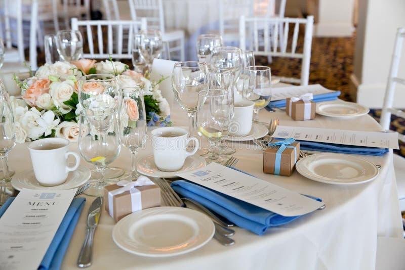 Épousant la série de décoration de table - tables mises pour le bel événement l'épousant de luxe approvisionné d'intérieur avec l images stock