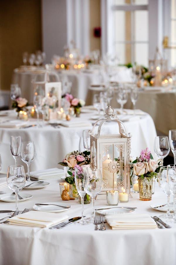 Épousant la série de décoration de table - tables mises pour la réception de mariage image libre de droits