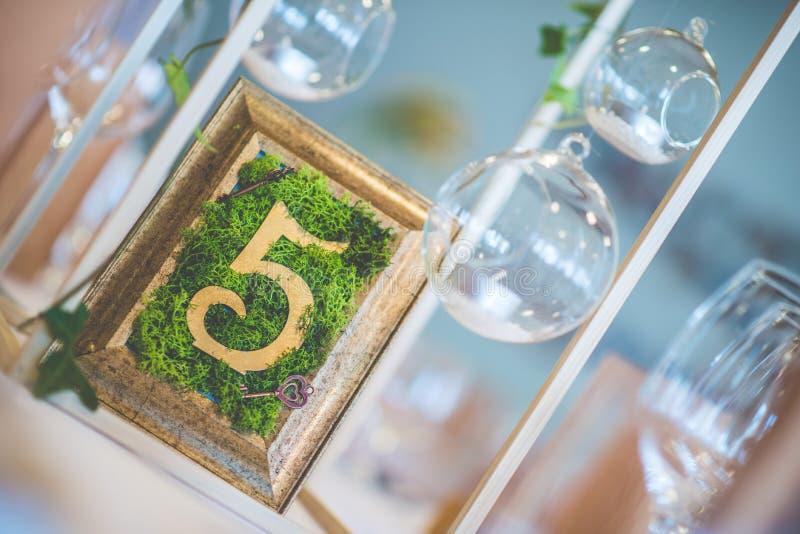 Épousant la table avec l'arrangement floral préparé pour la pièce maîtresse de réception, de mariage, d'anniversaire ou d'événeme images libres de droits