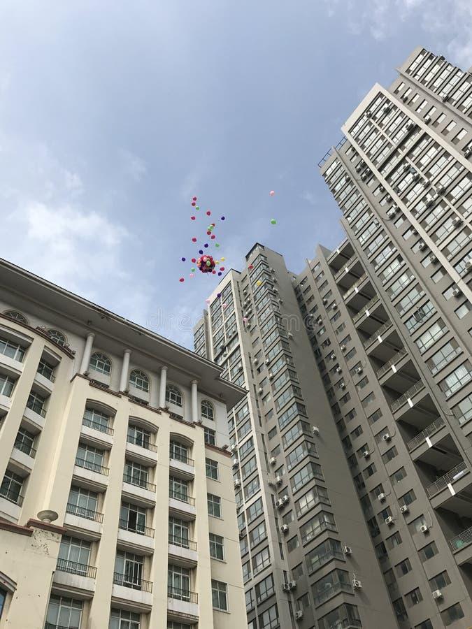 Épousant les ballons volent au ciel images libres de droits