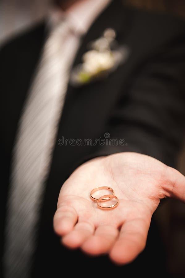 Épousant les détails - anneaux de mariage comme symbole de la vie heureuse photographie stock