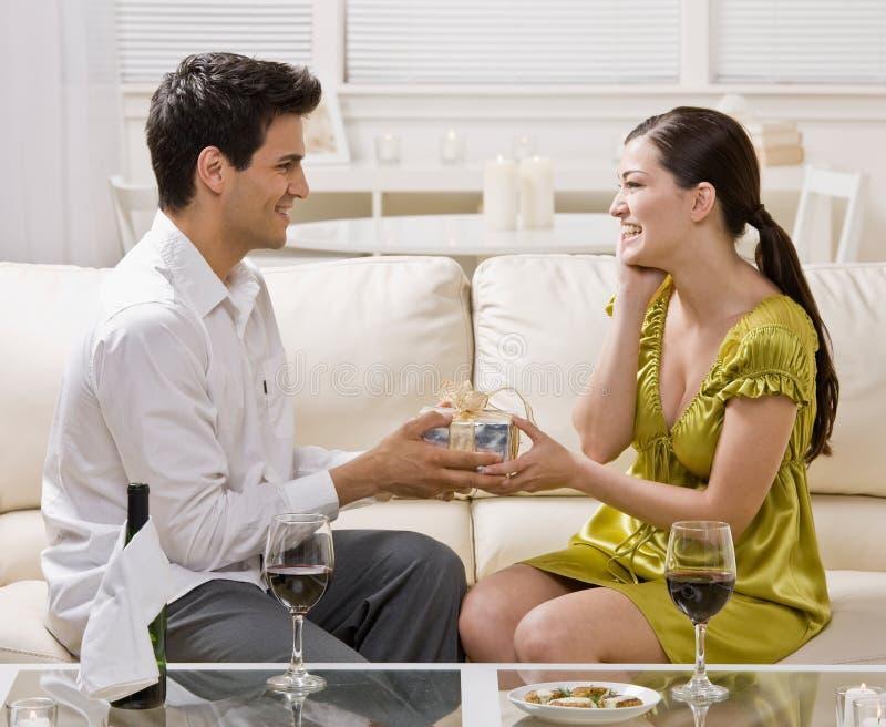 Épouse étonnante d'homme avec le cadeau élégant image stock