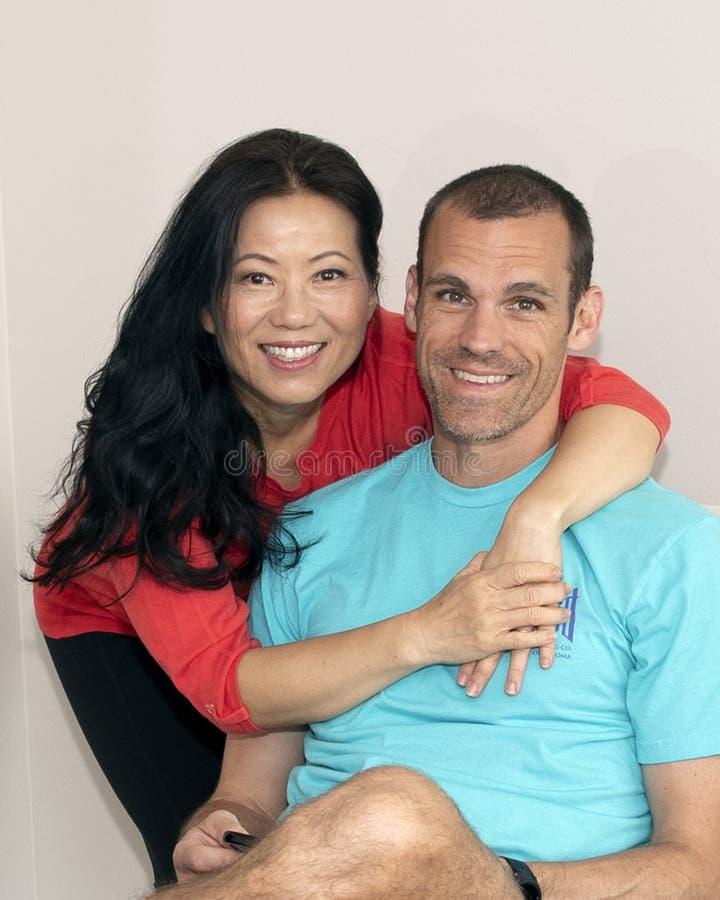 Épouse coréenne jeune avec son mari caucasien appréciant des vacances de famille photographie stock libre de droits