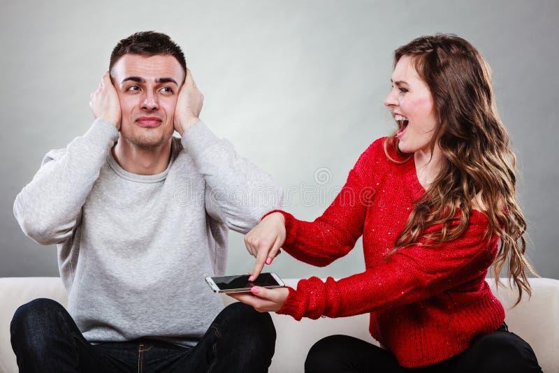 Épouse criant au mari Homme de fraude trahison photo libre de droits