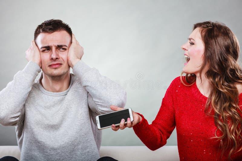 Épouse criant au mari Homme de fraude trahison photo stock