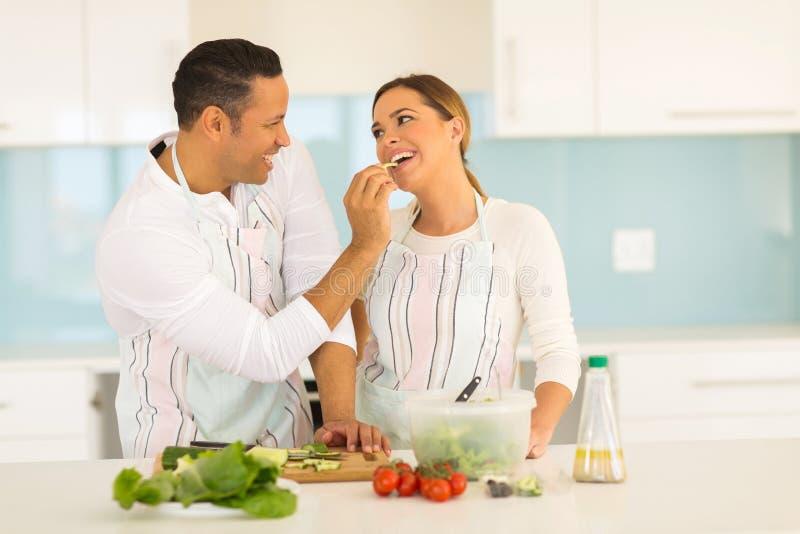 Épouse de alimentation d'homme image stock