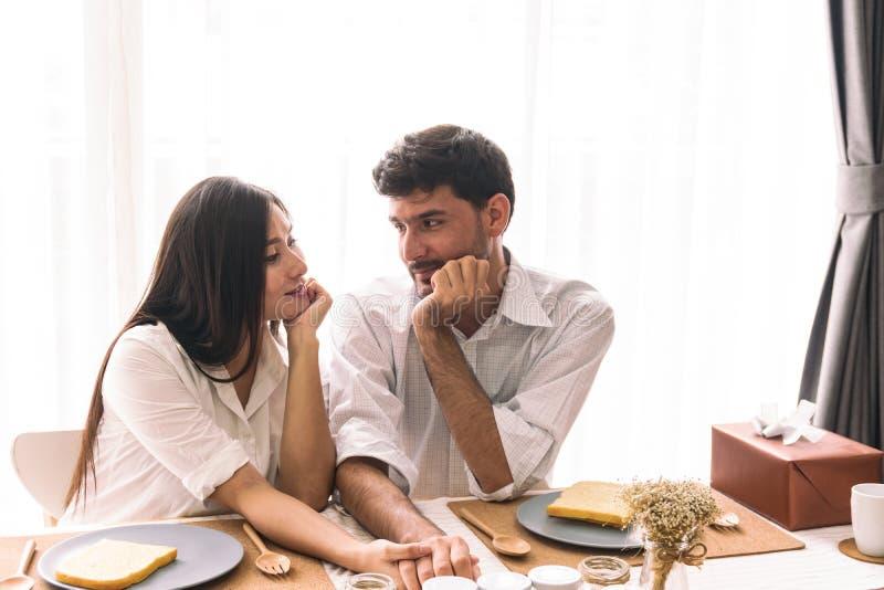 Épouse et mari enceintes images stock