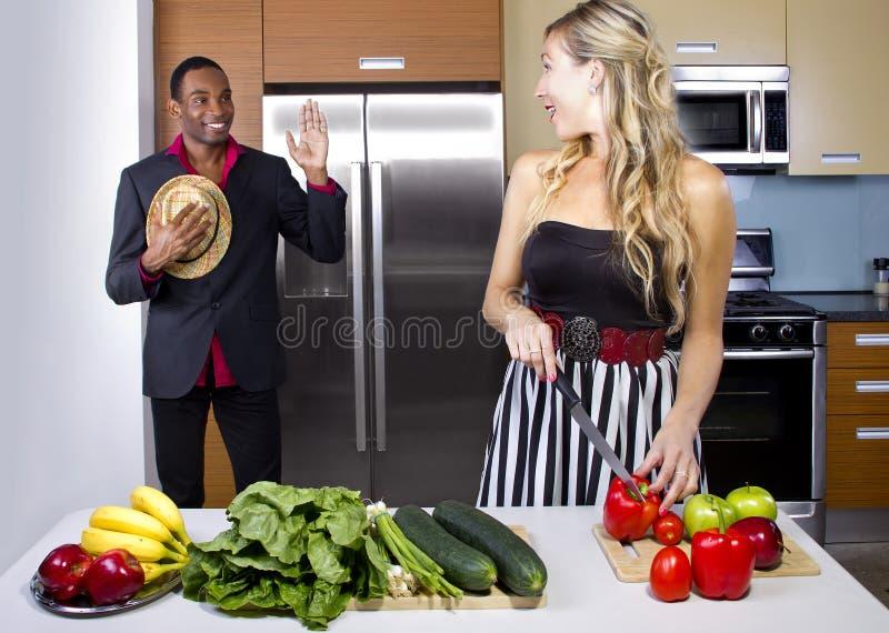 Épouse faisant cuire le dîner de surprise photos libres de droits