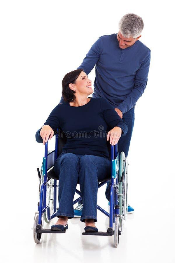 Épouse handicapée par homme photos libres de droits