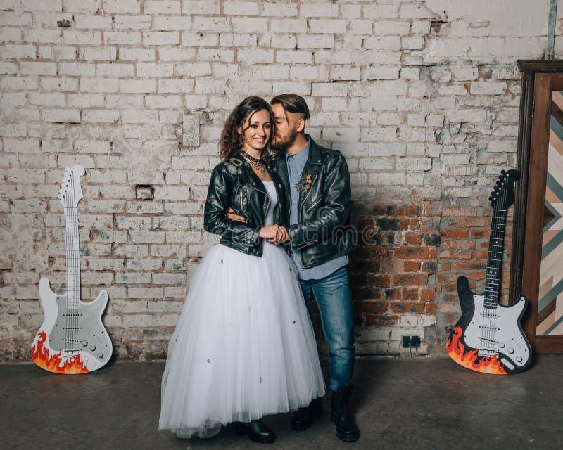 Épouser dans le style de la roche Mariage de balancier ou de cycliste photos libres de droits